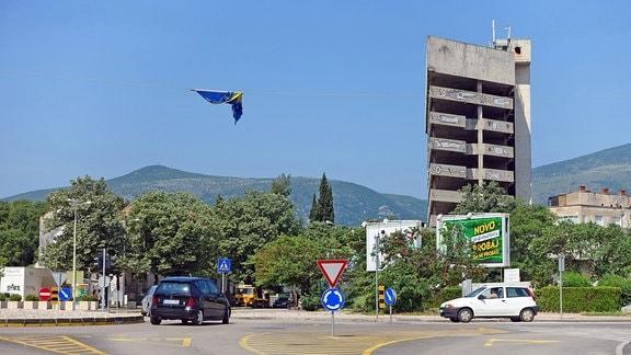 Zerbombtes mehrstöckiges Gebäude an einer Kreuzung im Zentrum von Mostar, Bosnien.