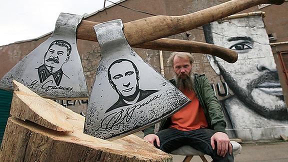 """Die Axtreihe """"Die Führer"""" vom sibirischen Künstler Wassilij Slonow zum Thema """"100 Jahre Oktoberrevolution"""""""