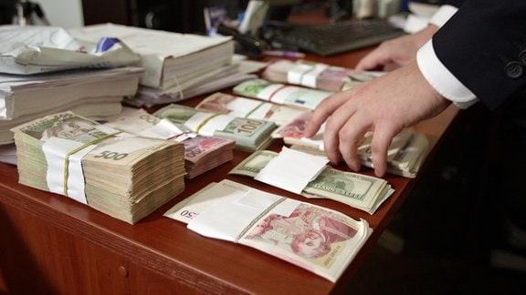 Geldbündel auf einem Schreibtisch
