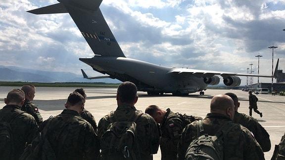 Soldaten auf Flughafen