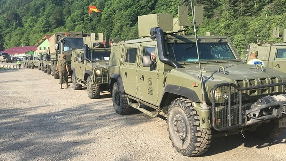 Militärfahrzeuge fahren im Konvoi