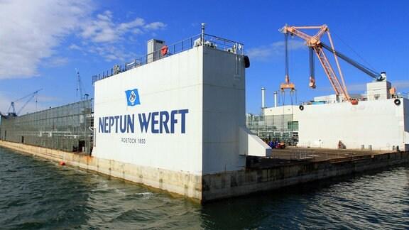 Blick auf die Neptunwerft in Rostock Warnemünde