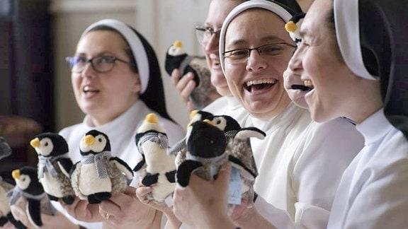 Polnische Ordenssschwestern aus der Gemeinde Broniszewic feiern den Welt-Pinguin-Tag.