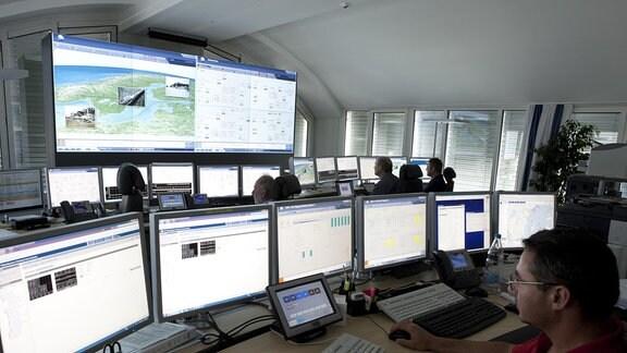 Raum mit vielen PC-Bildschirmen
