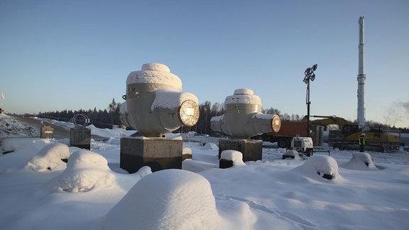 Riesige Ventile auf Sockeln im Schnee