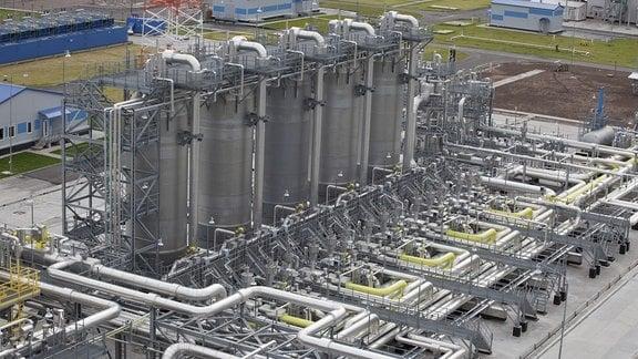 Raffinerie mit vielen hohen Türmen und Rohrleitungen