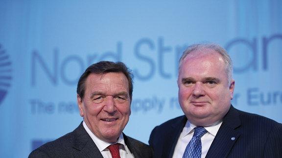 Zwei Männer nebeneinander. Der linke ist Ex-Bundeskanzler Gerhard Schröder