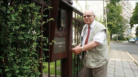 Wolfgang Nossen am Tor der neuen Synagoge