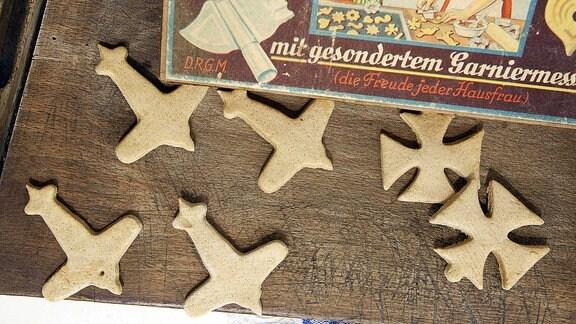 Weihnachtsplätzchen in Form von Eisernen Kreuzen und Flugzeugen