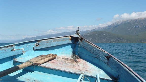 Ein blaues Boot auf einem See