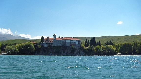 Eine Villa am felsigen Ufer eines Sees
