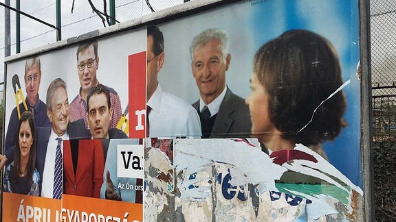 Zerrissene Wahl-Plakate der Opposition in Budapest.