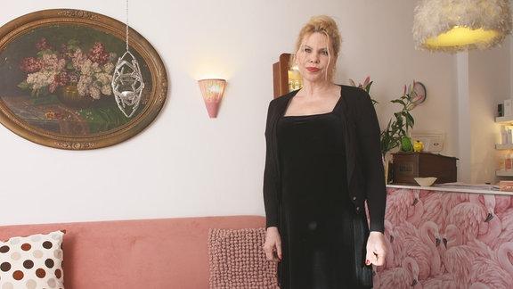 Eine Frau steht in einem Wohnzimmer