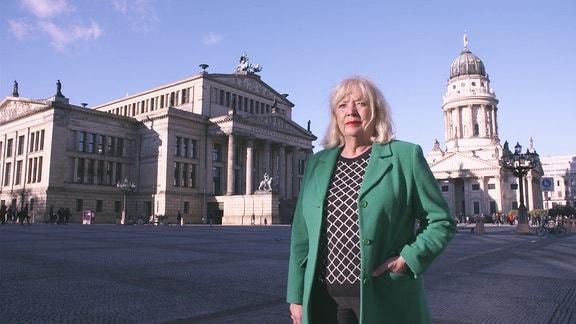 Eine Frau steh auf einem Platz