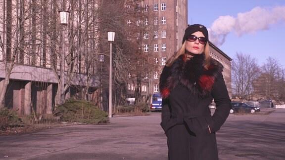 Eine Frau mit Sonnenbrille