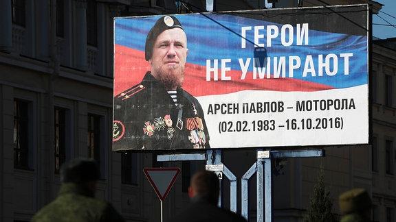"""Plakat von Pavlov alias """"Motorola"""" mit Aufschrift: Helden sterben nicht."""