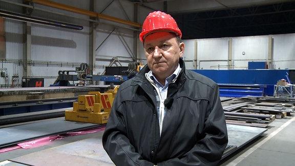 Sándor Szabó, Chef der Firma Ferropatent steht in einer Werkshalle seiner Firma.