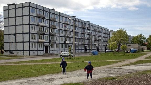 Kinder spielen auf einem Spielplatz in der estnischen Stadt Paldisk.