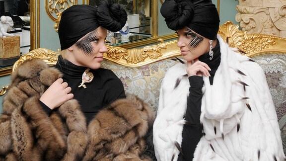 Zwei Frauen in Pelzmänteln.