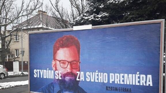 """Plakat mit dem Porträt eines Mannes darunter steht auf tschechisch """"Ich schäme mich für meinen Ministerpräsidenten."""""""