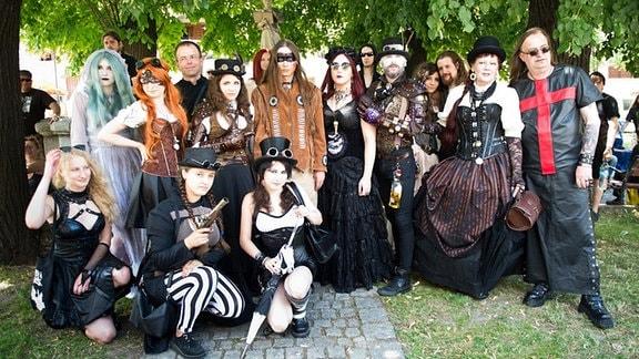 Besucher eines Gothic-Festivals posieren für ein Gruppebfoto
