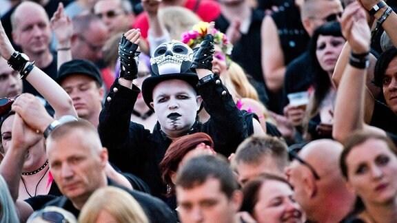 Besucher eines Gothic-Festivals bei einem Konzert