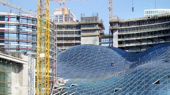 Neubauten aus Glas und Stahl entstehen auf dieser Baustelle in Warschau.