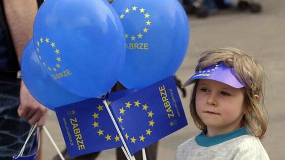 Polnisches Mädchen mit Europafahnen und Luftballons
