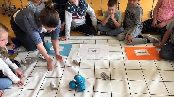 Kinder spielen auf einer Decke