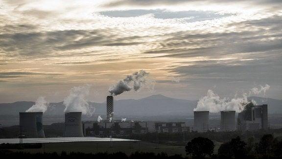 Braunkohlekraftwerk des polnischen Energiekonzerns PGE (Polska Grupa Energetyczna), aufgenommen in Bogatynia, Polen.