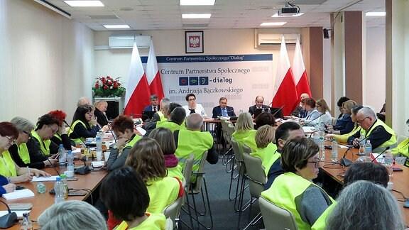 Lehrer in Polen sitzen zusammen.