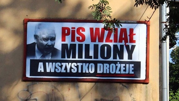 Schwarz-weißes Plakat mit polnischer Aufschrift.