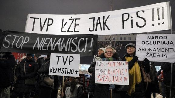 Die Teilnehmer der ''Stop-Propaganda des Hasses'' Bewegung demonstrieren am 16. Januar 2019 in Warschau, Polen, vor dem TVP, Polnisches Staatsfernsehen.
