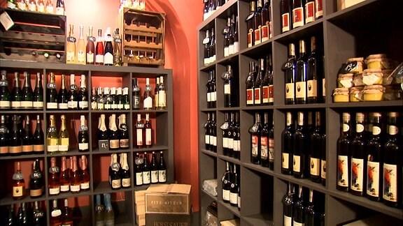 Regale mit Weinflaschen in einem Verkaufsraum