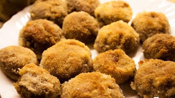 Panierte Champignos auf Teller