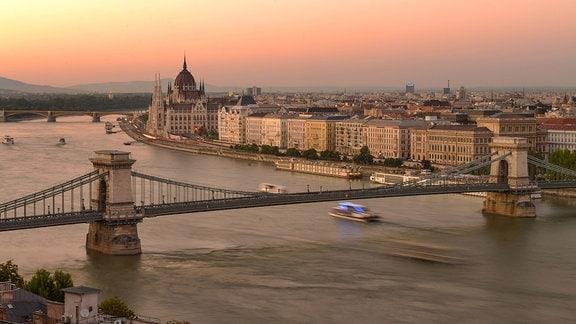 Kettenbruecke, Parlament, Donau, Budapest