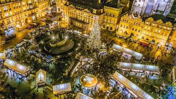 Blick vom Rathausturm auf den Weihnachtsmarkt in der Prager Altstadt
