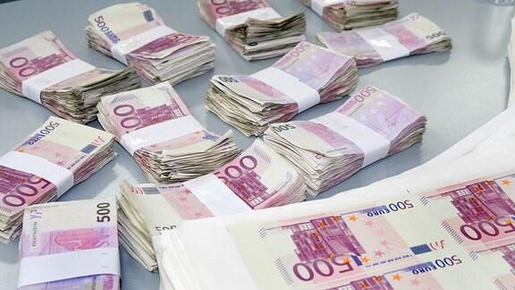 Geldscheine liegen auf einem Tisch.