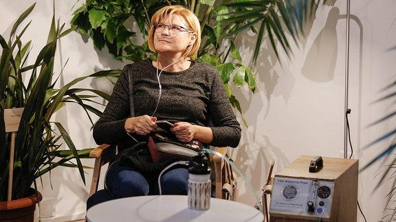 eine Frau an einem Sauerstoffgerät