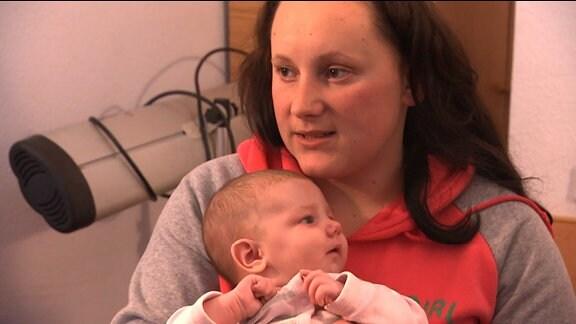 Eine junge Frau mit einem Baby