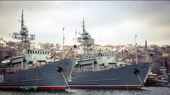 Schiffe der Russischen Schwarzmeerflotte liegen im Hafen.