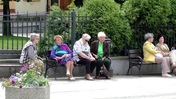 Seniorinnen auf einer Bank