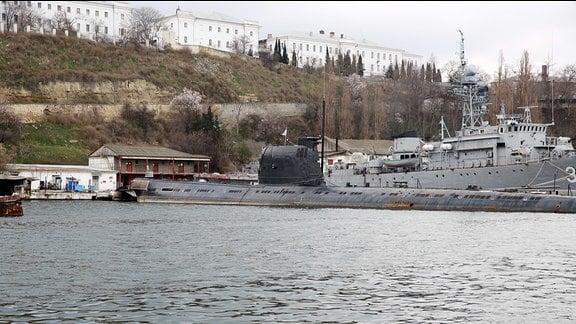 Ein sowjetisches U-Boot liegt im Hafen.