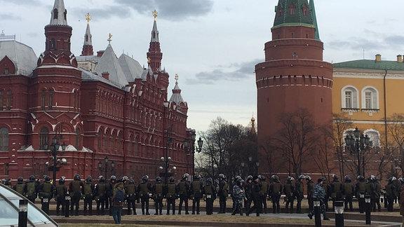 Demonstranten und Polizisten auf dem roten Platz in Moskau