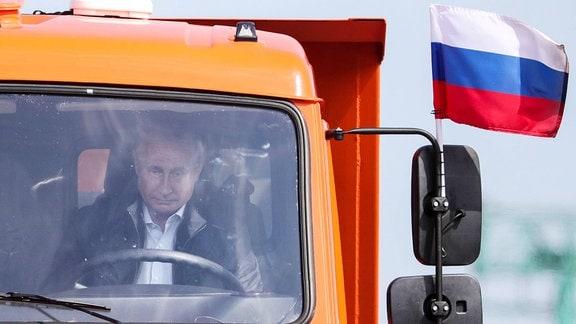 Russland´s Präsident Vladimir Putin am Steuer eines LKW auf der Kerch Strait Bridge, die die Krim und Russland verbinden wird.