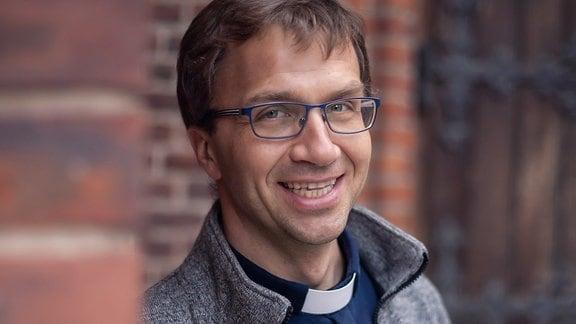 Ein Mann in Priesterkleidung