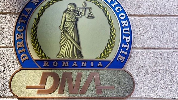 Logo der Anti-Korrptionsbehörde DNA am Sitz der Behörde in Bukarest