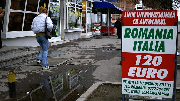 Werbeschild für Busfahrten von Rumänien nach Italien