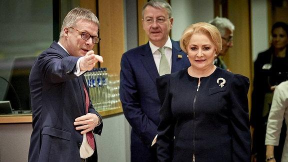 Rumänische Regierungschefin Viorica Dancila, Bildmitte: Europaminister George Ciamba nehmen an einem Treffen mit der EU-Kommission am 5. Dezember 2018 in Brüssel teil.