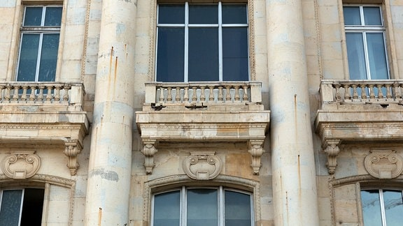 Bröckelnde Außenfassade des rumänischen Parlamentspalastes